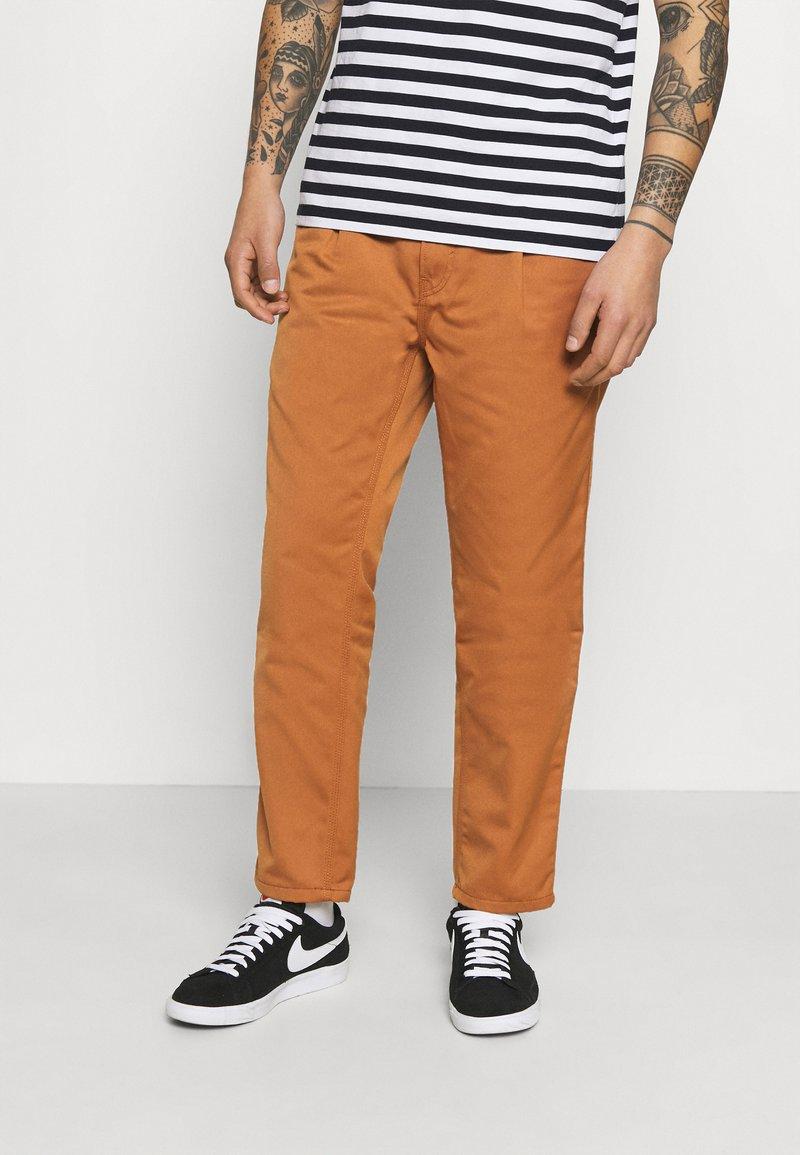 Carhartt WIP - ABBOTT PANT DENISON - Pantalones - rum rinsed