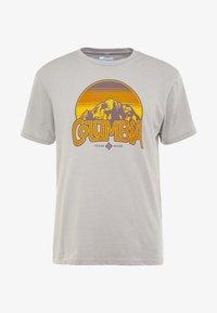 Columbia - BASIN BUTTE GRAPHIC TEE - T-Shirt print - grey heather - 4
