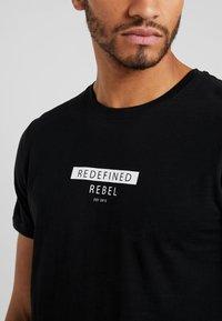 Redefined Rebel - TEE OPTION - T-shirt imprimé - black - 3
