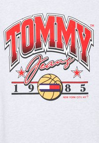 Tommy Jeans - VARSITY BBALL GRAPHIC TEE - Print T-shirt - silver grey - 2