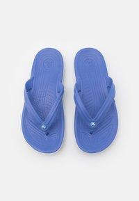 Crocs - CROCBAND FLIP UNISEX - Chanclas de dedo - lapis/white - 3