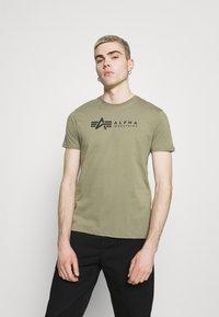 Alpha Industries - ALPHA LABEL 2 PACK - Print T-shirt - olive/burgundy - 2