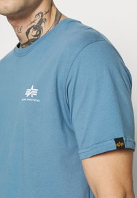 Alpha Industries - BASIC SMALL LOGO - Basic T-shirt - airforce blue - 5