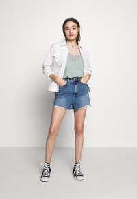 New Look Petite - HIGH RISE BEYONCE - Farkkushortsit - mid blue - 1