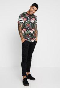 Jack & Jones - JORDIZ TEE CREW NECK - T-shirts print - tap shoe - 1