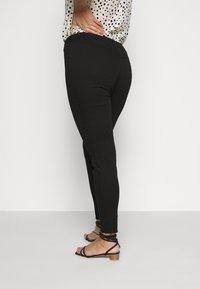 Missguided Plus - LAWLESS SLASH KNEE HIGHWAISTED SUPERSOFT - Jeans Skinny Fit - black - 3