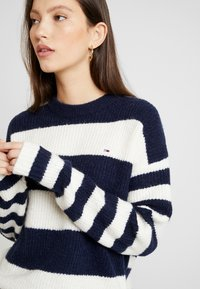 Tommy Jeans - BOLD STRIPE CREW - Pullover - snow white / black iris - 4