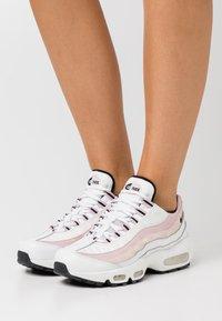 Nike Sportswear - AIR MAX 95 - Joggesko - summit white/black/champagne - 0