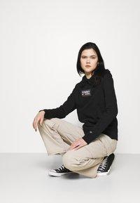 Tommy Jeans - GRADIENT LOGO HOODIE - Felpa con cappuccio - black - 3