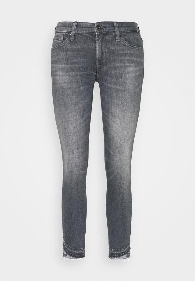 PYPER CROP SLIM ILLUSION BELIEVE WITH UNROLLED DIAGONAL HEM - Jeans Skinny Fit - grey