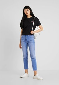 Tommy Jeans - BADGE TEE - Jednoduché triko - black - 1