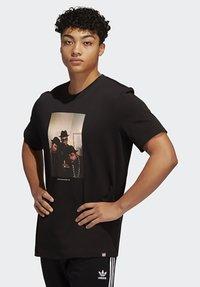 adidas Originals - RUN DMC PHOTO TEE - Print T-shirt - black/white/scarle - 0