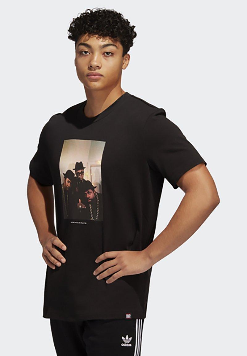 adidas Originals - RUN DMC PHOTO TEE - Print T-shirt - black/white/scarle