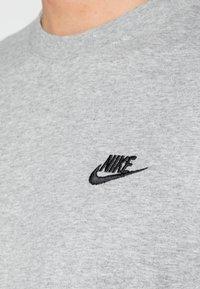 Nike Sportswear - CLUB TEE - T-shirt basique - dark grey heather/black - 4