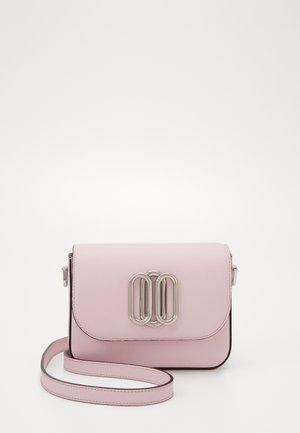 PIPER MINI CROSSBODY - Taška spříčným popruhem - pink