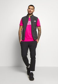 The North Face - M S/S EASY TEE - EU - T-shirt med print - mister pink - 1