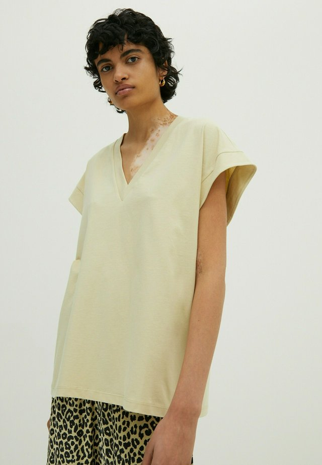 LOUISA - Basic T-shirt - grün