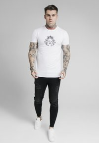 SIKSILK - PRESTIGE EMBROIDERY GYM TEE - T-shirt med print - white - 1