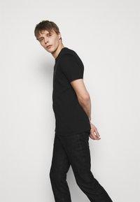 Emporio Armani - T-shirt con stampa - black - 3