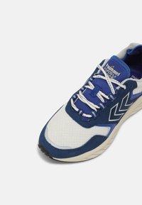 Hummel - MARATHONA REACH LX UNISEX - Sneakers - white/ensign blue - 4