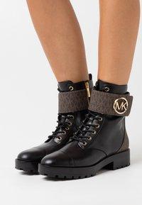 MICHAEL Michael Kors - TATUM BOOT - Snørestøvletter - brown/black - 0