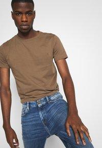 Tommy Jeans - RYAN STRAIGHT - Straight leg -farkut - barton mid blue comfort - 3