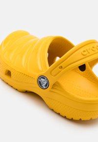 Crocs - CLASSIC NEO PUFF CLOG UNISEX - Pool slides - canary - 5