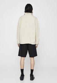 PULL&BEAR - MIT PATTENTASCHEN - Lehká bunda - mottled beige - 2