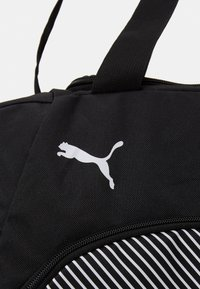 Puma - FUNDAMENTALS SPORTS BAG - Sportväska - black - 4
