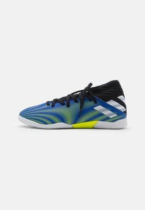NEMEZIZ .3 IN UNISEX - Indoor football boots - royal blue/footwear white/core black