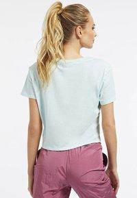 Guess - DRIEHOEK - Print T-shirt - blauw - 2