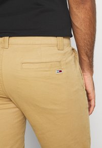 Tommy Jeans - SCANTON PANT - Chino - classic khaki - 5