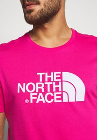 The North Face - M S/S EASY TEE - EU - T-shirt med print - mister pink - 4