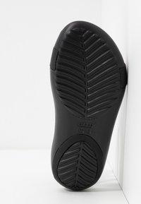Crocs - SERENA METALLIC BAR  - Kapcie - gold/black - 6