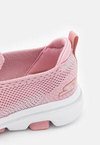 Skechers Performance - GO WALK 5 CLEARLY COMFY UNISEX - Chodecké tenisky - light pink - 5