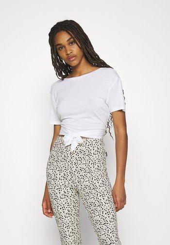DEEP BACK TIE - Print T-shirt - white