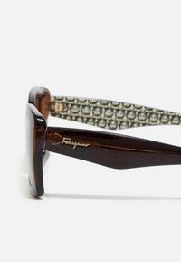 Salvatore Ferragamo - Sluneční brýle - crystal brown - 2