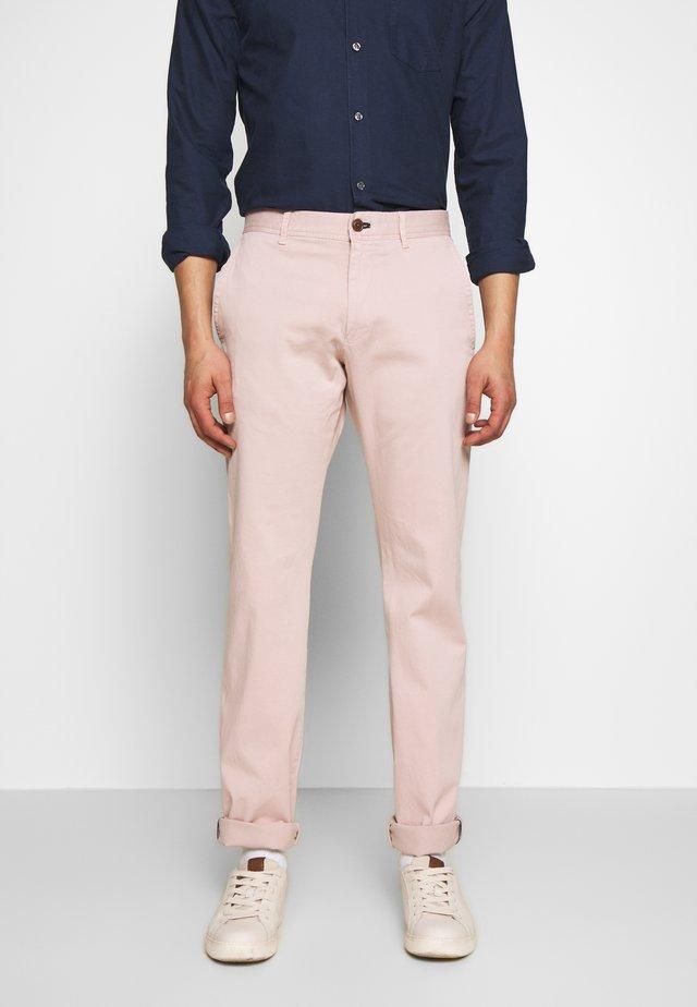MATTHEW - Spodnie materiałowe - rosa
