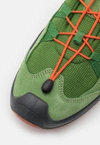 Lowa - ROBIN GTX LO - Hiking shoes - grün/orange - 5
