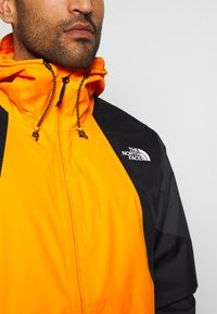 The North Face - MEN'S FARSIDE JACKET - Hardshelljacka - flame orange - 7