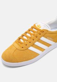 adidas Originals - GAZELLE SHOES - Trainers - crew yellow/white - 5
