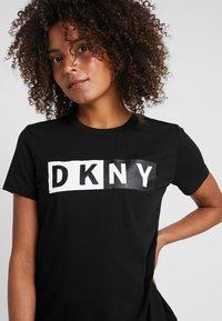 DKNY - CREW NECK SHORT SLEEVE TWO TONE LOGO - Print T-shirt - black - 4