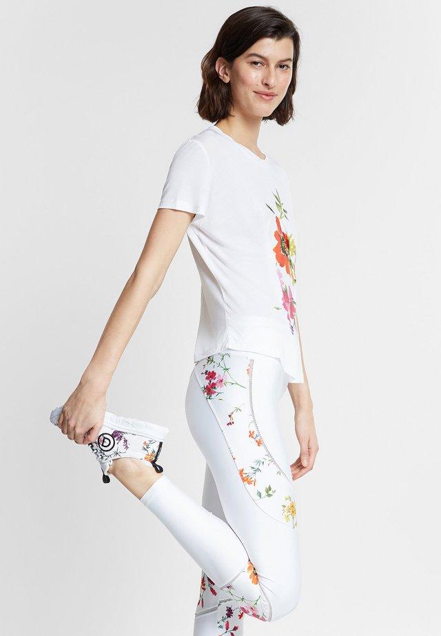 TEE FRONT PLEATS GARDENS - T-shirt z nadrukiem - white