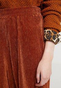 b.young - PILINE PANTS - Pantalon classique - dark copper - 5