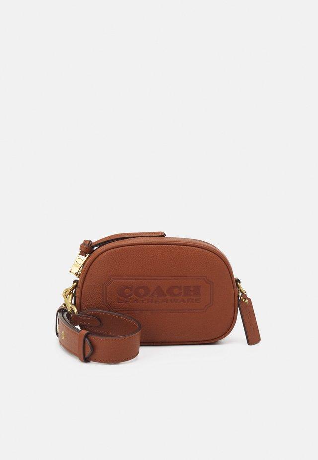 BADGE CAMERA CROSSBODY - Across body bag - saddle