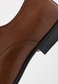 Burton Menswear London - BANKS OXFORD - Smart lace-ups - tan - 5