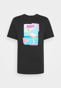 Nike Sportswear - M NSW BEACH FLAMINGO - T-shirts print - black - 5