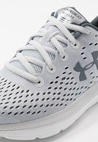 Under Armour - CHARGED IMPULSE - Neutrální běžecké boty - halo gray/white/pitch gray - 5