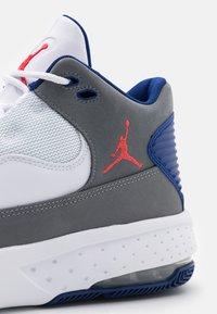 Jordan - MAX AURA 2 - Baskets montantes - smoke grey/track red/white/deep royal blue - 5