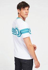 Guess - BARS TEE - Print T-shirt - weiß - 2